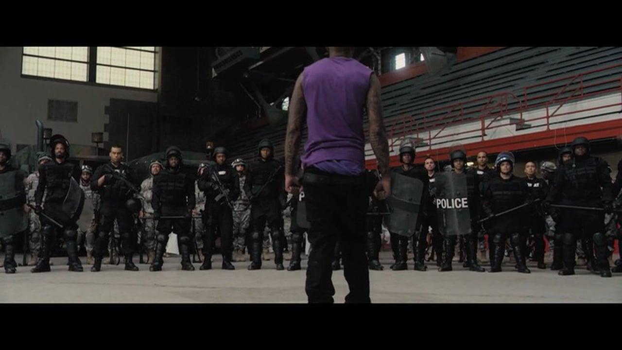 Demetrius Dupree von den Trojans gegenüber der Polizei. Standbild aus dem Film.